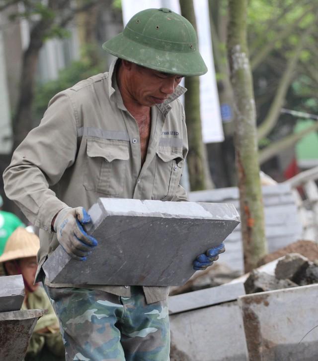 Những viên gạch bê tông vân đá đạt chuẩn cho việc thi công có kích thước 40 x 40 x 05cm, nặng khoảng 14kg.