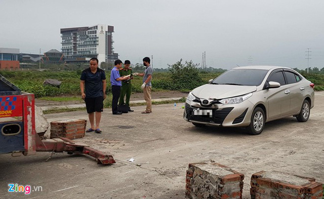 Chiếc ôtô liên quan đến vụ án tại hiện trường. Ảnh: Quỳnh An.Níu kéo bạn gái cũ bất thành, dùng kéo sát hại