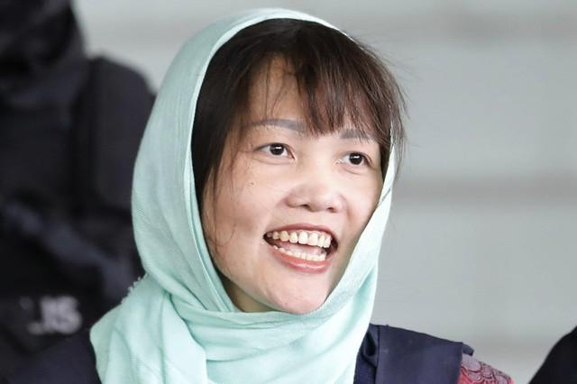Hương rời tòa án hôm 1/4, sau phán quyết 3 năm 4 tháng tù giam. Ảnh: AP.