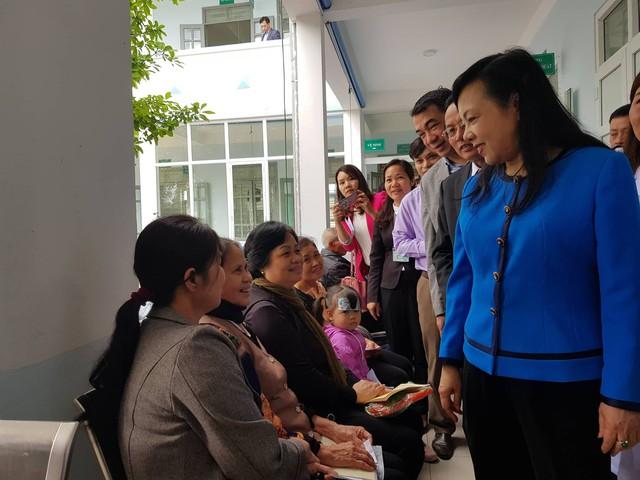 Bộ trưởng Bộ Y tế trò chuyện cùng người dân chờ khám tại trạm Y tế xã Tân Hội, sáng 4/4.