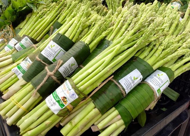 Khu vực bày bán măng tây của siêu thị cũng gói bằng lá chuối và dây cói tự nhiên.
