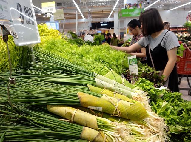 Theo nhiều người, việc thực hiện gói bằng lá chuối đối với các mặt hàng rau thơm, rau củ cần được triển khai nhiều hơn.