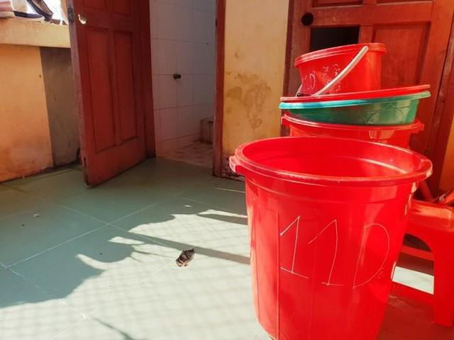 Khu vực nhà vệ sinh nơi nữ sinh V. giấu con sau khi tự sinh.