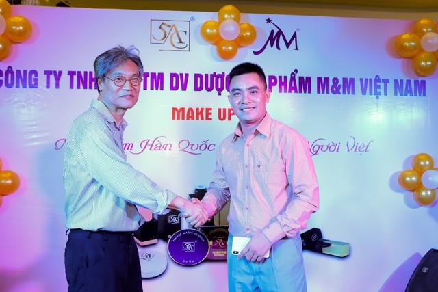 Ông Jang Duk Soo chúc mừng ông Lê Văn Khương tại sự kiện