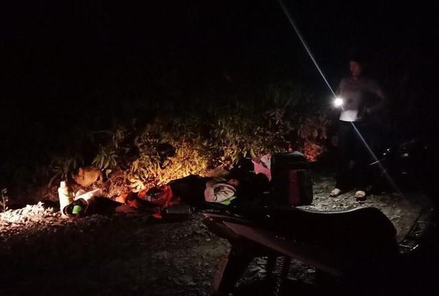 Điều kiện đêm tối, giữa rừng, ekip đỡ đẻ phải tận dụng hết mọi nguồn ánh sáng từ điện thoại, đèn pha oto, xe máy để đỡ đẻ.