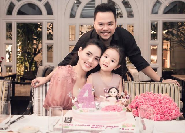 Đạo diễn Hoàng Duy cười tươi chụp ảnh cùng bà xã và công chúa nhỏ.