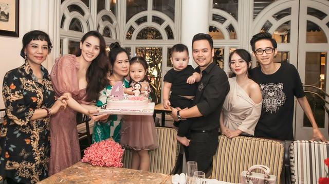 Buổi tiệc tổ chức ở một nhà hàng sang trọng với khách mời là một số người thân, họ hàng gần của vợ chồng Trang Nhung.