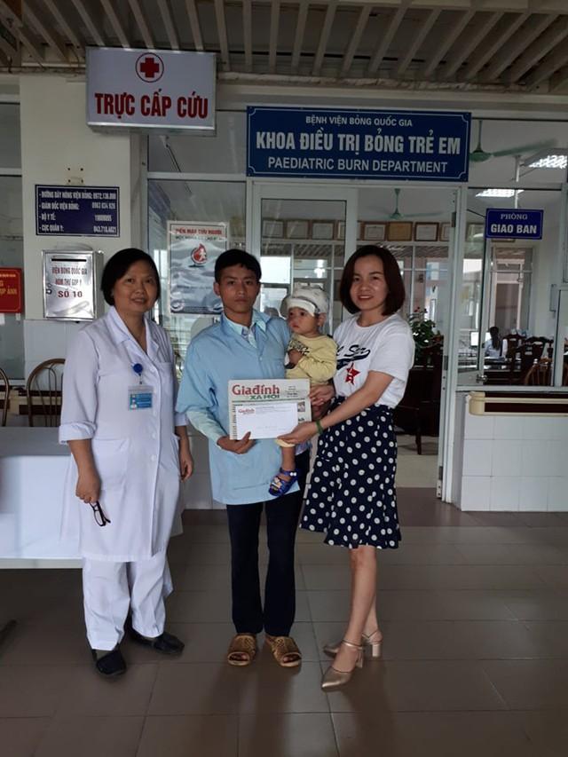 PV Phương Thuận đại diện chương trình Vòng tay nhân ái cùng PGS.TS Hồ Thị Xuân Hương - Phó chủ nhiện Khoa Bỏng trẻ em trao tiền cho bố con bé Kê.