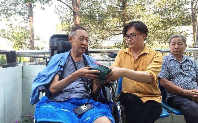 Đại Nghĩa vào thăm, trao tận tay số tiền 270 triệu đồng cho nghệ sĩ Lê Bình.