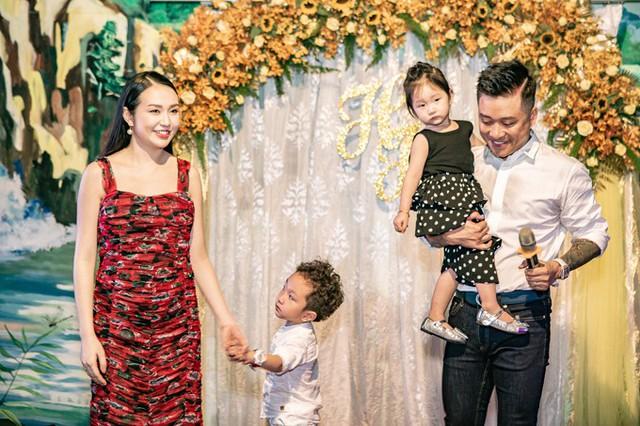 Sau 5 năm chung sống, cặp đôi có hai con Su Hào và bé Son. Trong năm nay, con thứ ba của họ sẽ chào đời. Tại bữa tiệc, dù bụng bầu ngày một lớn, bà xã Tuấn Hưng vẫn rạng rỡ. Cả hai chưa tiết lộ giới tính của em bé.