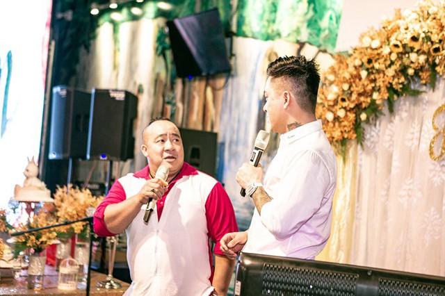 Nghệ sĩ Hiếu Hiền cũng đến dự tiệc của Tuấn Hưng. Cả hai trở thành anh em thân thiết nhiều năm qua, kể từ sau lần đóng chung phim Cho một tình yêu.