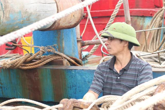 Anh Long – một trong những người gắn bó với công việc đánh bắt gần 20 năm. Ảnh: Trần Thùy.