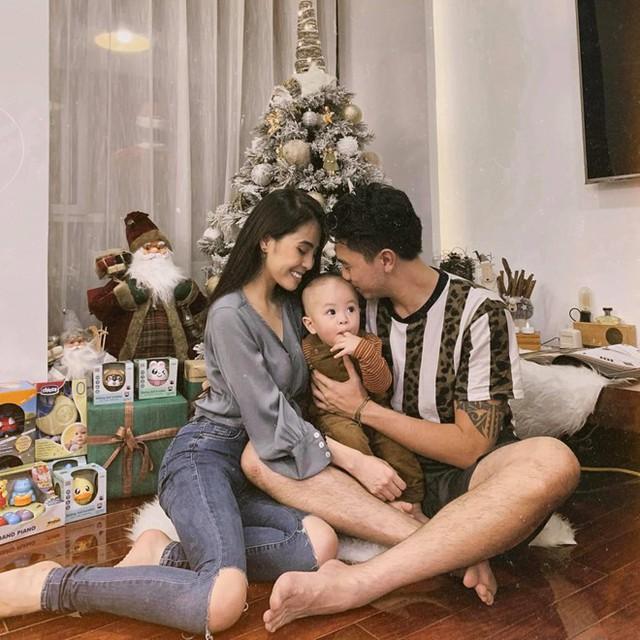 Hiện vợ chồng cô sống trong căn hộ rộng khoảng 300 m2, nằm ở trung tâm thủ đô Hà Nội. Căn hộ đầy đủ tiện nghi, thiết kế độc đáo, đẹp mắt, có phòng khách rộng rãi và khoảng không gian bên ngoài nhiều cây xanh để thư giãn.
