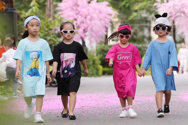 Tuần lễ thời trang trẻ em Việt Nam diễn ra trong hai ngay 6 và 7/4, giới thiệu bộ sưu tập của các nhà thiết kế Kỹ Hoàng, Lưu Ngọc Kim Khanh...