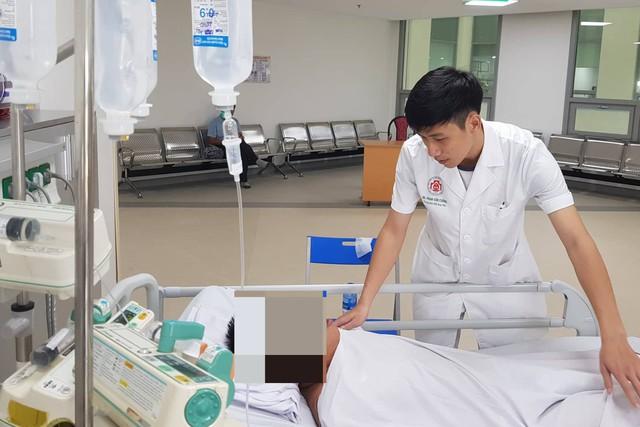 Truyền dịch cho bệnh nhân ở Bệnh viện 108