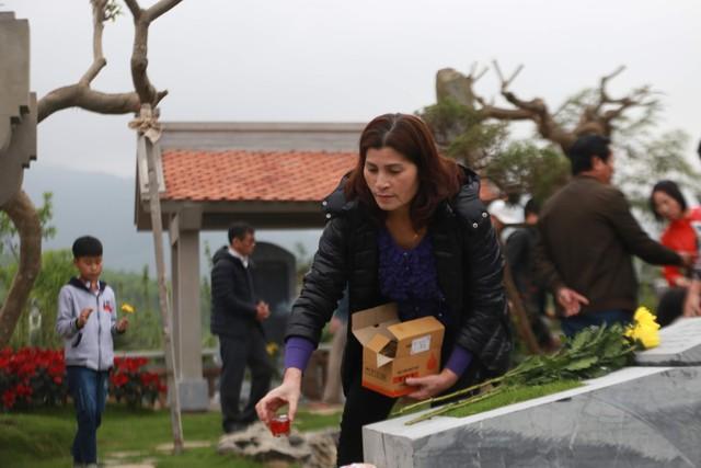 Chị T. - một người dân sinh sống tại Hà Nội -quyết định mua mộ phần tại công viên nghĩa trang. Chị T. quan niệm, hàng tháng, mộ được thắp đèn, cây được cắt tỉa, dọn dẹp... là gia đình cũng cảm thấy ấm cúng mộ phần.