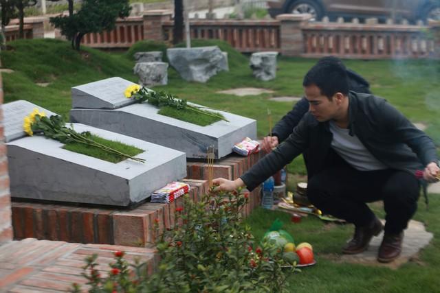 Ghi nhận của PV tại Công viên nghĩa trang Lạc Hồng Viên (huyện Kỳ Sơn, tỉnh Hoà Bình), mặc dù được chăm sóc mộ phần định kỳ, nhưng nhiều gia đình vẫn dành thời gian đến nhang khói tận chân mộ. Đặc biệt là vào ngày Tết thanh minh, bởi quan niệm tâm chí thành với người đã khuất.