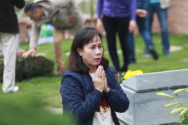 """Được biết, tại công viên nghĩa trang Lạc Hồng Viên, nếu khách hàng muốn được thắp hương vào ngày chính giỗ, ngày tết Thanh minh, ngày vu lan... thì gia đình phải đặt mua """"gói cúng giỗ"""" riêng với bên bán, bằng cách trực tiếp, hoặc gián tiếp trên website của công ty."""