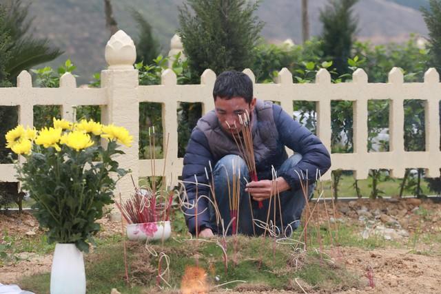 Theo nhiều gia đình chia sẻ, khi mua mộ phần tại công viên nghĩa trang, người mua mộ phải sử dụng dịch vụ mặc định của bên bán, có thời gian tối thiểu là 50 năm. Với những khuôn viên mộ có diện tích khoảng 100m2, người mua mộ phải chi trả tới hàng trăm triệu đồng cho các dịch vụ chăm sóc mộ phần.