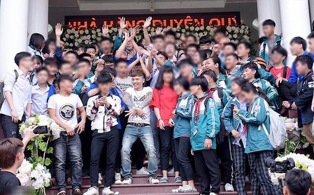 Dù đăng các clip, hình ảnh phản cảm nhưng Khá bảnh từng được chào đón nồng nhiệt như ngôi sao tại Yên Bái.