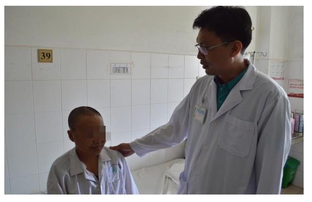 BS Quân thăm khám cho bệnh nhân. ảnh BVCC