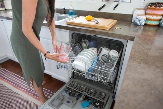 Người dùng cần thường xuyên vệ sinh phần van thoát nước, gạt bỏ các cặn bẩn để đường thoát nước ra này được thông thoáng.