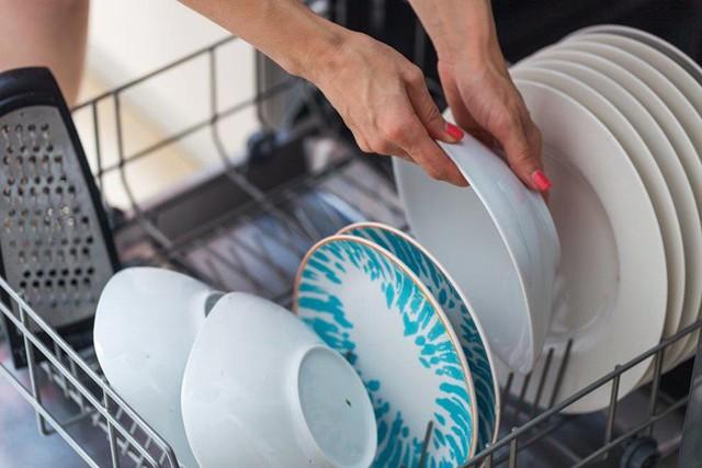 Khi bạn xếp bát đĩa vào, chắc chắn mỗi vật dụng đều có khoảng cách nhất định và nước ở cánh tay phun có thể tiếp cận ở mọi góc cạnh.
