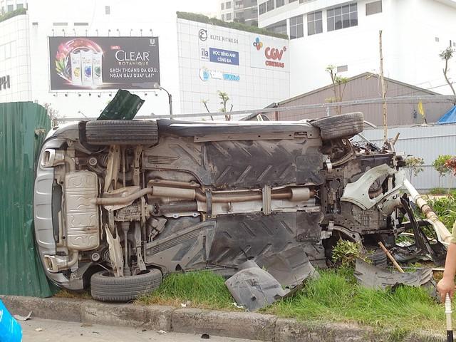 Ngay sau khi tông hàng loạt xe máy, chiếc xế hộp đã lập tức đâm mạnh vào dải phân cách cạnh chợ Sinh Viên, tông gãy cột đèn, hàng rào tôn rồi lật nghiêng.