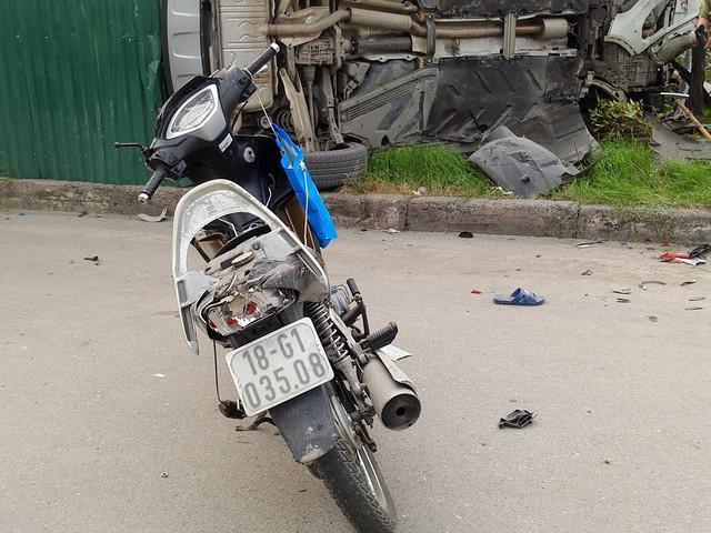 Có đến ít nhất 3 chiếc xe máy bị vỡ nát, hư hỏng nặng sau vụ tai nạn.