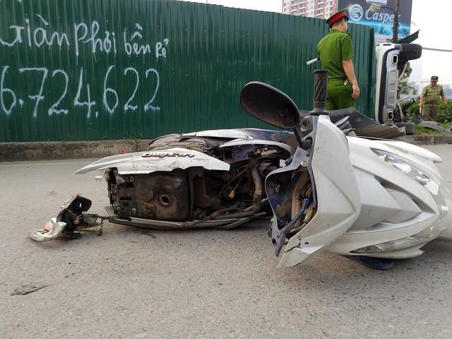 Một chiếc xe tay ga nhãn hiệu SYM bị vỡ nát tại hiện trường.