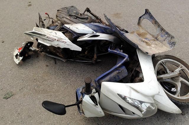 1 trong những chiếc xe máy bị ô tô tông nát.
