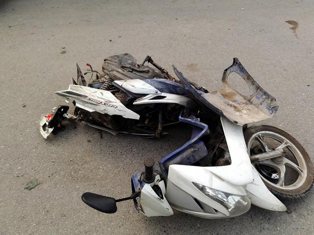 Chiếc xe bị ô tô tông từ phía sau.
