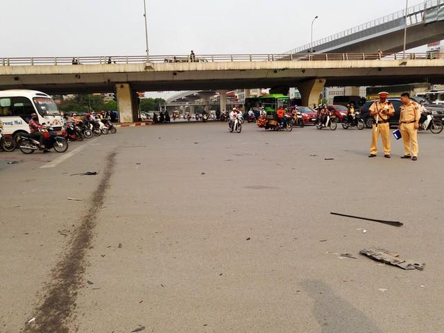 Khoảng thời gian trên, một chiếc xe nhãn hiệu Mercedes do một người phụ nữ điều khiển từ hướng Phạm Văn Đồng rẽ trái theo hướng Xuân Thủy. Tại Đây, chiếc xe đã vượt đèn đỏ rồi tông hoàng loạt xe máy.
