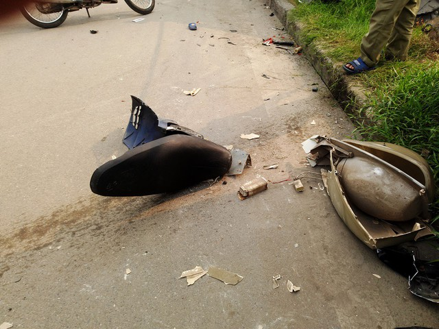 Tại hiện trường rất nhiều mảnh vỡ của ô tô, xe máy còn vương lại.