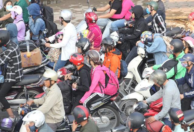Tại khu vực đường Ngọc Hồi - quốc lộ 1A cũ hàng nghìn phương tiện xe máy di chuyển từ các tỉnh Hà Nam, Nam Định, Thái Bình, Ninh Bình, Thanh Hóa... chiều nay đã cùng hướng về trung tâm Hà Nội.