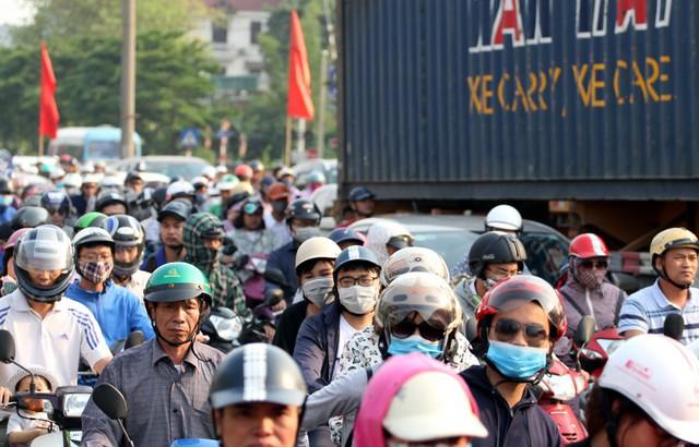 Dòng phương tiện di chuyển đông đúc, chậm chạp mặc dù lực lượng chức năng căng mình điều tiết giao thông.
