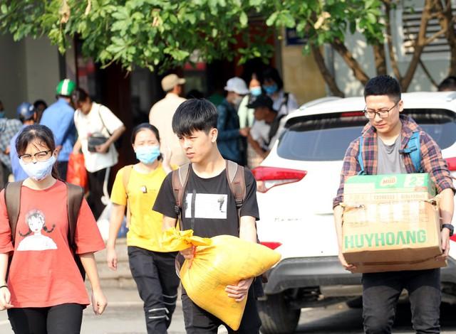 Tại bến xe Giáp Bát, người dân cũng đổ về đông đúc, hầu hết tất cả mọi người đều tranh thủ mang gạo, rau sạch, quà quê...