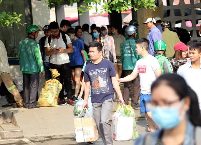 Một ông bố trẻ cũng tay xách nách mang đồ hải sản từ Thanh Hóa lên Hà Nội.