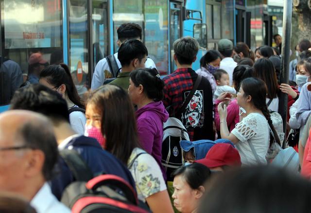 Tại khu vực đón chờ xe buýt cảnh tượng người dân đứng đông nghẹt.