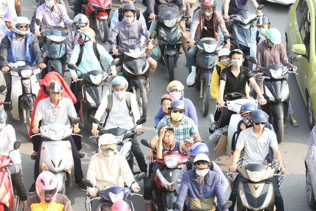 Tại một nút giao đèn đỏ cách đó không xa, người dân phải đợi khoảng 5-10 phút mới di chuyển qua.