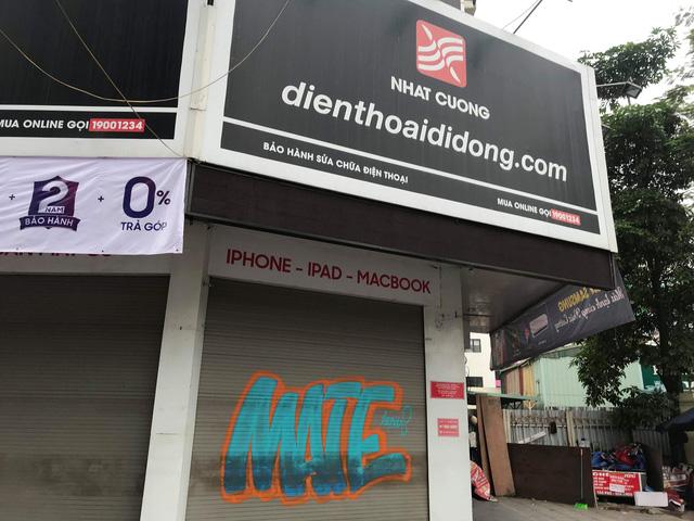Cửa hàng trên phố Chùa Bộc đồng loạt đóng cửa. Ảnh: NH
