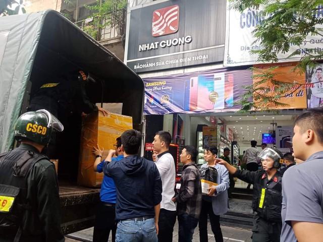 Cơ quan công an chuyển nhiều thùng hàng được chuyển lên xe. Ảnh: MĐ