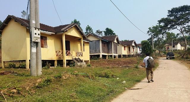 Những ngôi nhà tái định cư kiên cố nhưng chỉ lác đác vài bóng người. Ảnh: Đức Huy