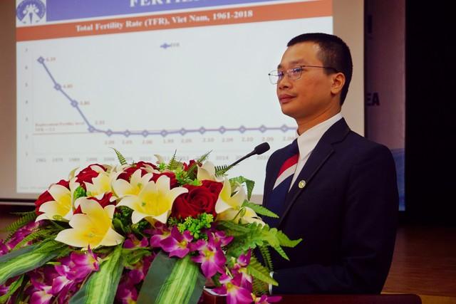 Thay mặt Tổng cục DS-KHHGĐ, ông Lương Quang Đảng, Phó Vụ trưởng Vụ Tổ chức cán bộ trình bày thực trạng công tác dân số tại Việt Nam hiện nay