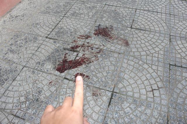 Vết máu còn lưu lại sân trường, nơi em Quang ngã từ lan can tầng 2 xuống. Ảnh: Đ.Tùy