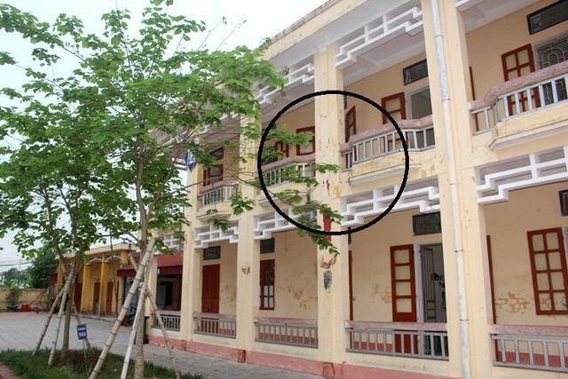 Khu vực lan can tầng 2, cột số 4 (khoanh tròn), nơi học sinh Quang bất ngờ bị ngã. Ảnh: Đ.Tùy