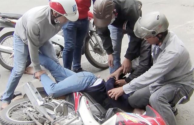 Cảnh sát vây bắt Tuấn khi giao ma tuý cho mối hàng. Ảnh: Công an cung cấp.
