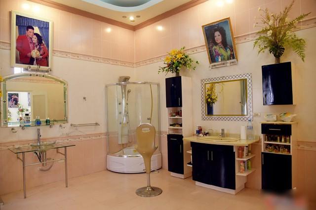 Ở không gian khác là trong phòng riêng của hai vợ chồng, một chiếc bồn tắm đứng trong suốt, không có bất cứ vách ngăn hay vật che chắn nào cũng được đặt tại đó một cách khá ấn tượng. Ảnh: Vietnamnet