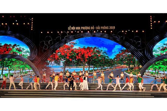 Ca sĩ Thu Phương cùng nhạc sĩ Xuân Bình trình diễn ca khúc Tôi người Hải Phòng. Ảnh: BHP
