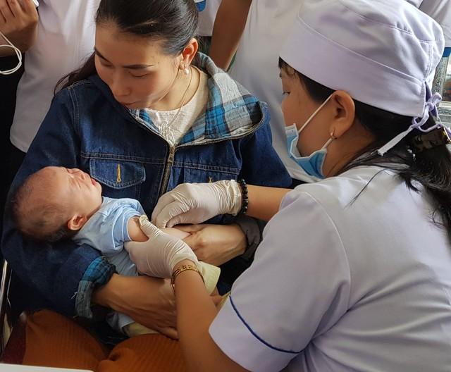 Tiêm vaccine phòng chống viêm gan B cho trẻ. Ảnh: TL